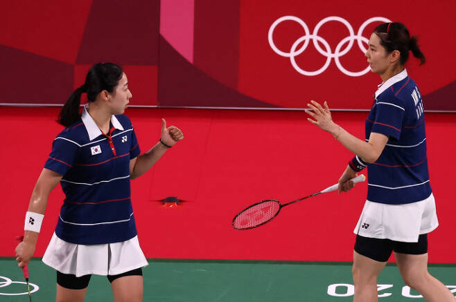 김소영(오른쪽)과 공희용이 지난 7월31일 도쿄올림픽 4강전에서 경기 중 서로 격려하고 있다. 연합뉴스