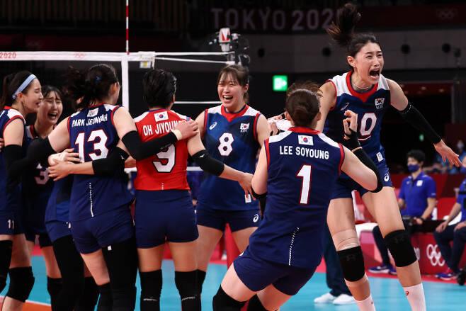31일 일본 아리아케 아레나에서 열린 도쿄올림픽 여자 배구 A조 조별리그 한국과 일본의 경기. 세트스코어 3대 2로 승리한 한국 선수들이 기뻐하고 있다. 연합뉴스