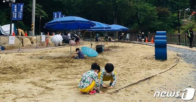 남양주시 청학밸리리조트에서 모래놀이하며 즐거운 시간을 보내는 어린이들 © 뉴스1 /2021.8.1