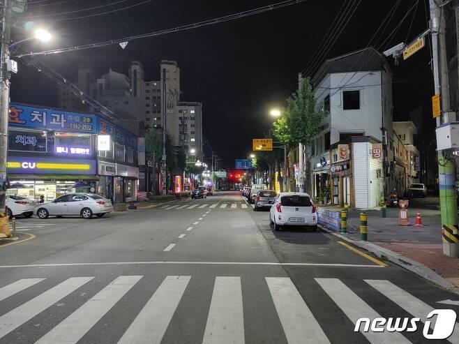거리두기 4단계 시행 후 첫 주말인 31일 저녁 함양읍 거리가 한산한 모습을 보이고 있다. © 뉴스1 김대광 기자