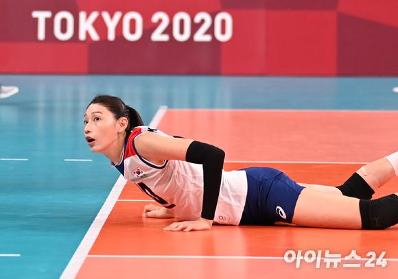 한국 김연경이 2일 일본 도쿄 아리아케 아레나에서 열린 '2020 도쿄올림픽' 여자배구 예선 A조 세르비아와 대한민국의 경기에서 디그를 하고 있다.