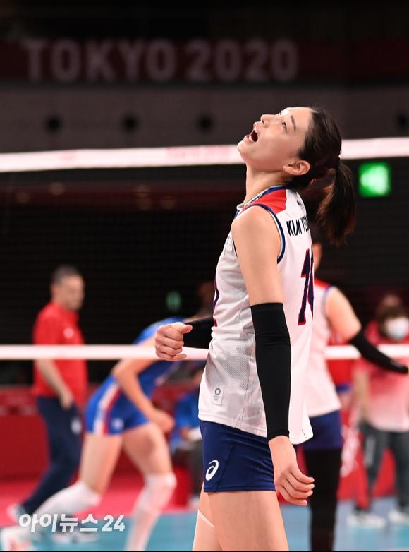 한국 김연경이 2일 일본 도쿄 아리아케 아레나에서 열린 '2020 도쿄올림픽' 여자배구 예선 A조 세르비아와 대한민국의 경기에서 아쉬워하고 있다.