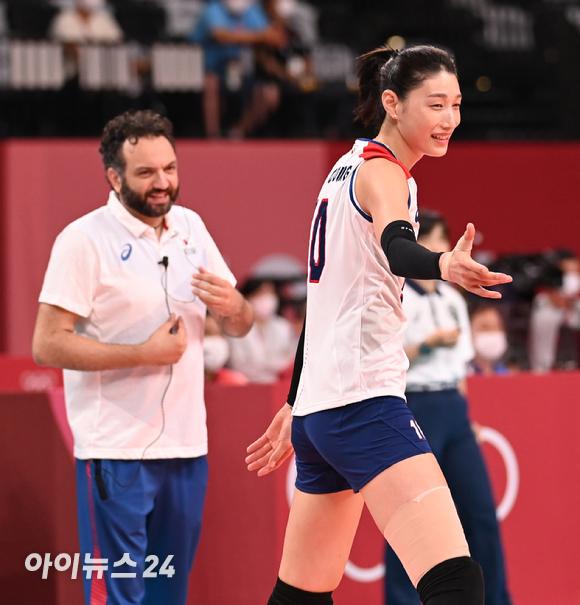 한국 김연경이 2일 일본 도쿄 아리아케 아레나에서 열린 '2020 도쿄올림픽' 여자배구 예선 A조 세르비아와 대한민국의 경기에서 기뻐하고 있다.