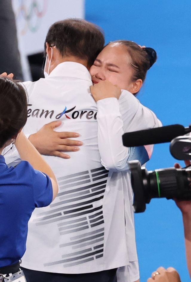 대한민국 기계체조 여서정이 1일 일본 도쿄 아리아케 체조경기장에서 열린 '2020 도쿄올림픽' 여자 도마 결승에서 동메달을 획득한 뒤 이정식 총감독과 기뻐하고 있다. 뉴시스