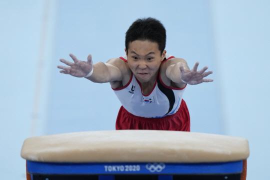 신재환(제천시청)이 지난달 24일 일본 도쿄 아리아케 체조경기장에서 열린 도쿄올림픽 체조 남자도마 예선에서 힘차게 도약하고 있다.   AP뉴시스