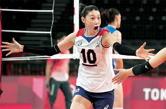 이제는 4강! : 여자배구대표팀의 주장인 김연경이 2일 일본 도쿄 아리아케 아레나에서 열린 세르비아와의 도쿄올림픽 조별리그 A조 5차전에서 득점을 올린 뒤 환호하고 있다. 대표팀은 세트 스코어 0-3으로 패했지만, 결과에 관계없이 이미 8강 진출을 확정지었다. 이날 경기는 의미가 없다. A, B조 2, 3위끼리 추첨을 통해 8강 상대가 가려지기 때문이다. 대표팀은 8강전에 대비해 힘을 아끼면서 A조 3위가 됐고 2위는 세르비아에 돌아갔다.  AP 뉴시스