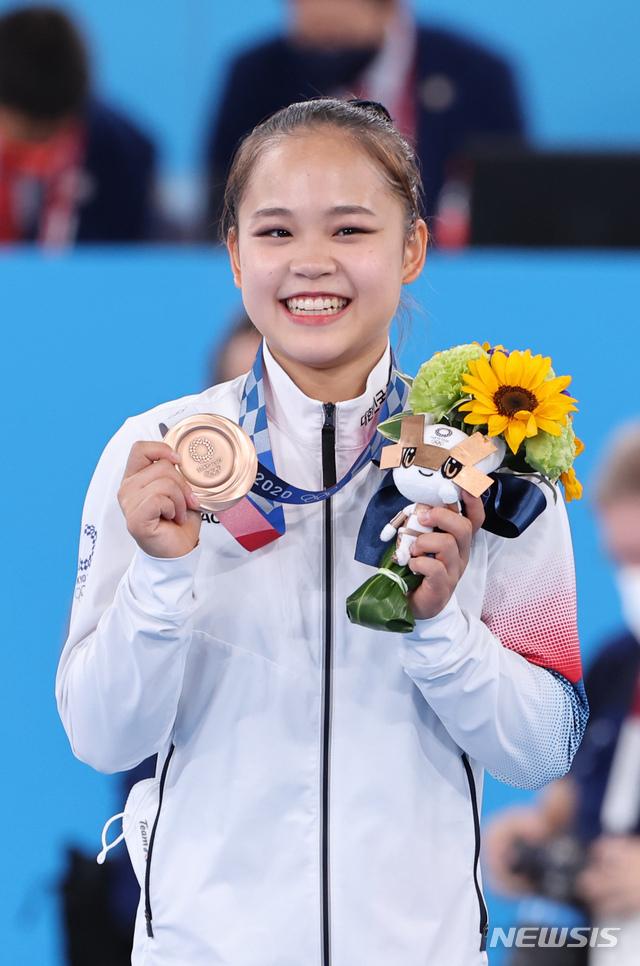 [도쿄(일본)=뉴시스] 올림픽사진취재단 = 대한민국 기계체조 여서정이 1일 일본 도쿄 아리아케 체조경기장에서 열린 '2020 도쿄올림픽' 여자 도마 결승에서 동메달을 획득한 뒤 시상식에서 메달을 들어 보이고 있다. 2021.08.01. photo@newsis.com
