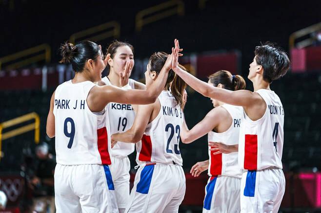 하이파이브 하는 선수들. FIBA 제공