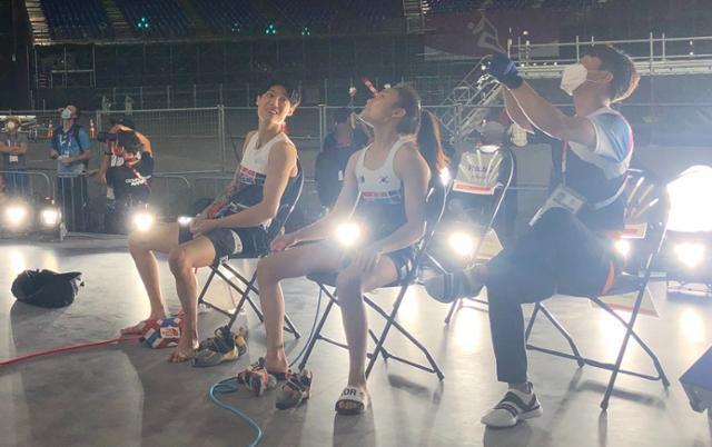 2020 도쿄올림픽 스포츠클라이밍에 출전하는 천종원(왼쪽부터)과 서채현이 도쿄 현지에서 연습장을 바라보고 있다. 대한산악연맹 제공