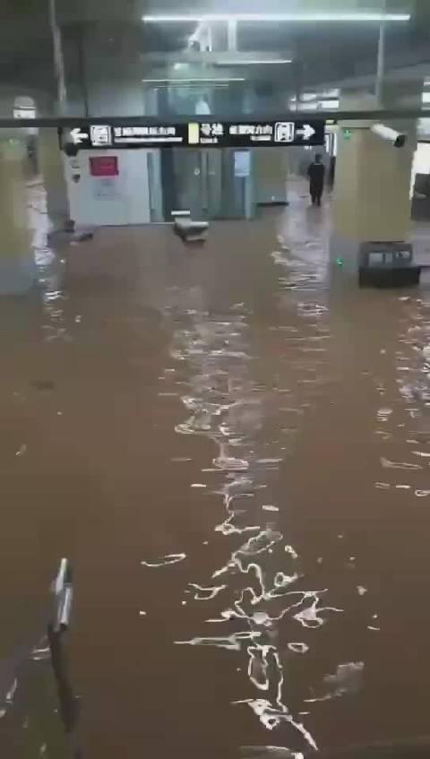 물에 잠긴 정저우 지하철역 (출처: 바이두)