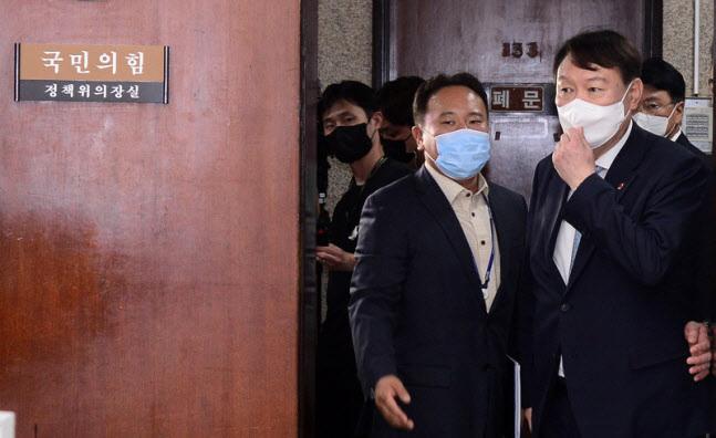 윤석열 전 검찰총장은 지난 2일 국회를 방문해 당 사무처와 의원실 사무실을 모두 돌았다. (사진=연합뉴스)