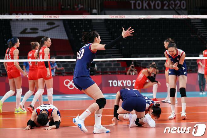배구 김연경을 비롯한 선수들이 4일 오전 일본 도쿄 아리아케 아레나에서 열린 '2020 도쿄올림픽' 여자 배구 8강 대한민국과 터키의 경기에서 세트 스코어 3대2로 승리를 거둔 후 기뻐하고 있다. 2021.8.4/뉴스1 © News1 이재명 기자