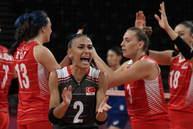 <YONHAP PHOTO-1831> Turkish p[layers celebrate winning a point during the women's volleyball quarterfinal match between South Korea and Turkey at the 2020 Summer Olympics, Wednesday, Aug. 4, 2021, in Tokyo, Japan. (AP Photo/Frank Augstein)/2021-08-04 09:53:25/<저작권자 ⓒ 1980-2021 ㈜연합뉴스. 무단 전재 재배포 금지.>