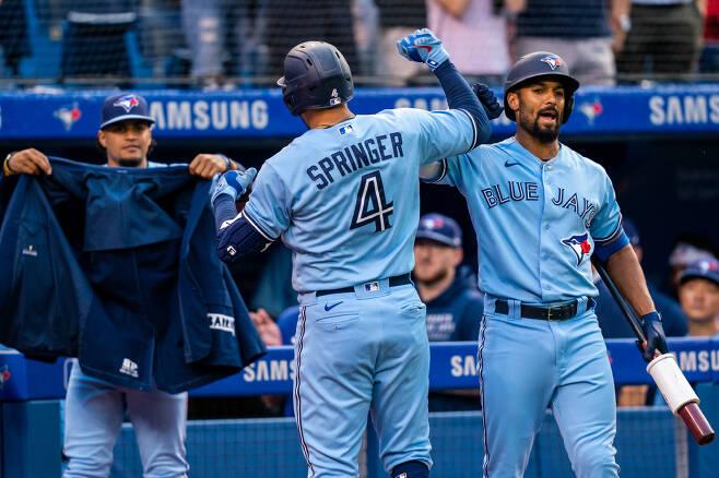토론토 조지 스프링어가 1회말 선두타자 홈런을 터뜨리고 홈인해 마커스 세미엔의 환영을 받고 있다. USATODAY연합뉴스
