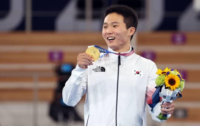체조 국가대표 신재환이 지난 2일 일본 아리아케 체조경기장에서 열린 도쿄올림픽 남자 기계체조 도마 결선에서 금메달을 획득한 후 시상대에 올라 환하게 웃고 있다. /연합뉴스