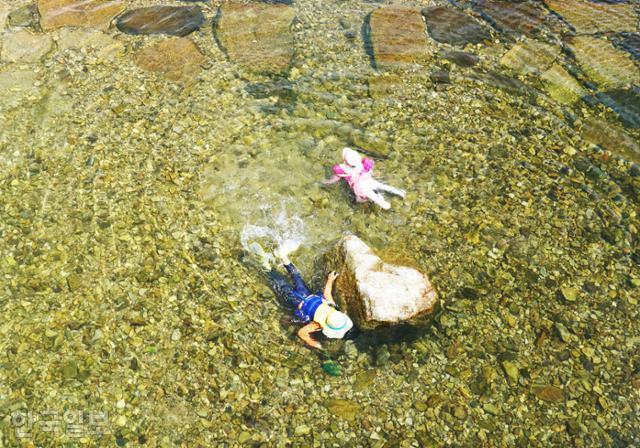 운일암반일암 계곡에서 부모와 함께 온 아이들이 물놀이를 하고 있다.