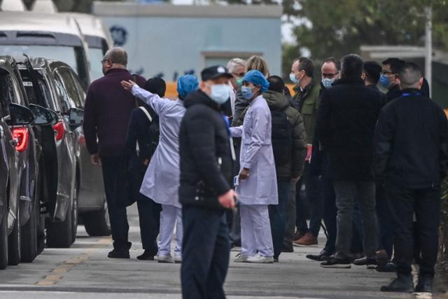 코로나19 기원 규명을 위한 현장조사에 나선 WHO 전문가팀이 1월 30일 중국 우한 진인탄 병원에 도착해 차에서 내리고 있다. 중국에서 코로나 확진자를 처음 치료한 곳이다. 우한=AFP 연합뉴스