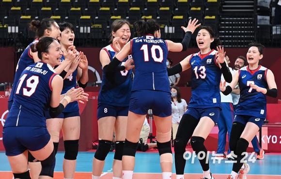 4일 오전 일본 도쿄 아리아케 아레나에서 2020 도쿄올림픽 여자 배구 8강 대한민국 대 터키의 경기가 펼쳐졌다. 3-2로 한국이 승리해 4강에 진출한 가운데 선수들이 기쁨을 나누고 있다.