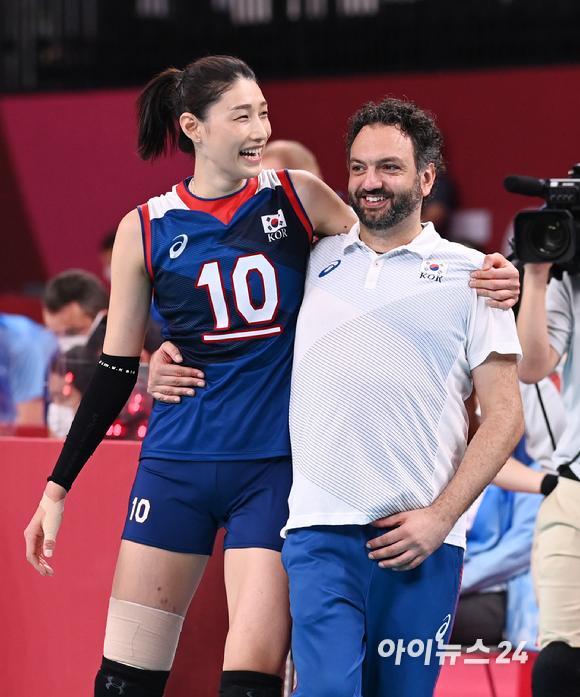 4일 오전 일본 도쿄 아리아케 아레나에서 2020 도쿄올림픽 여자 배구 8강 대한민국 대 터키의 경기가 펼쳐졌다. 3-2로 한국이 승리해 4강에 진출한 가운데 김연경과 라바리니 감독이 기쁨을 나누고 있다.