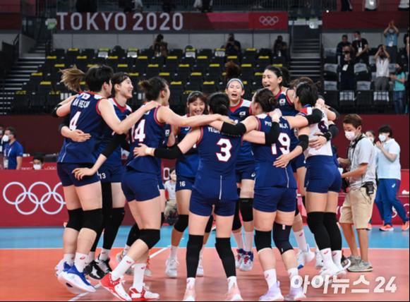 4일 오전 일본 도쿄 아리아케 아레나에서 2020 도쿄올림픽 여자 배구 8강 대한민국 대 터키의 경기가 펼쳐졌다. 3-2로 한국이 승리해 4강에 진출한 가운데 선수들이 기쁨을 나누고 있다. [사진=정소희 기자]
