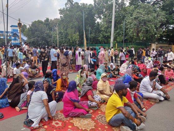 3일(현지시간) 인도 뉴델리에서 사흘째 이어지고 있는 9세 여아 살해 규탄 시위의 모습. 수백 명의 시위대가 '어린 소녀에게 정의를' 등의 내용이 적힌 팻말을 들고 거리로 나섰다. 트위터 캡처