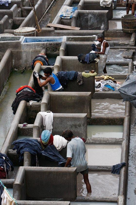 인도 뭄바이 전역의 세탁물을 한 곳에 모아 세탁하는 장소인 도비 가트 (Dhobi Ghat). 색다른 분위기로 관광명소화로 꼽히지만, 불가촉천민 계급이 세탁일에 종사하는 곳이다. 인도에선 1955년 이후 카스트에 의한 차별을 금지하고 있지만, 여전히 직업선택 등 모든 생활상에서 차별은 이어지고 있다. 중앙DB