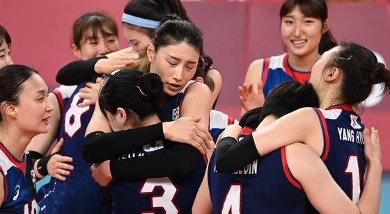 8강전 승리 이후 서로를 다독이는 여자 배구 대표팀. [올림픽사진공동취재단]