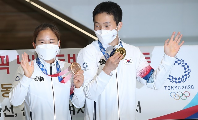남자 기계체조 도마에서 금메달을 획득한 신재환과 여자 도마에서 동메달을 획득한 여서정. 연합뉴스