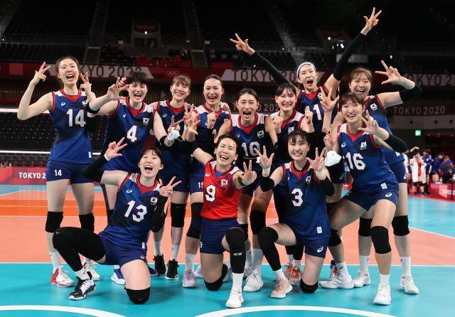 한국 여자 배구대표팀이 31일 일본 아리아케 아레나에서 열린 도쿄올림픽 여자 배구 A조 조별리그 일본전에서 승리한 뒤 기뻐하고 있다. 연합뉴스