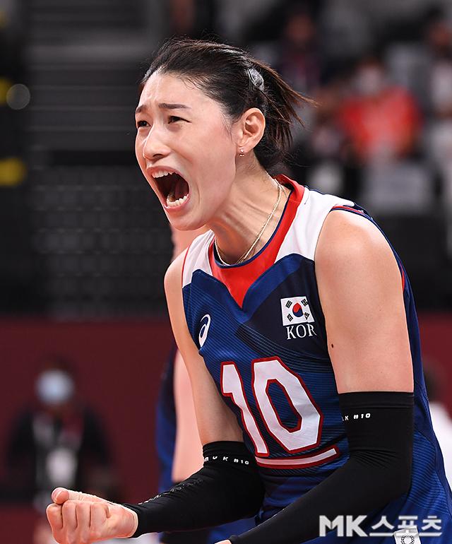 김연경이 도쿄올림픽 여자배구 8강전에서 한국이 터키에 3세트를 따내자 환호하고 있다. 사진(일본 아리아케)=천정환 기자