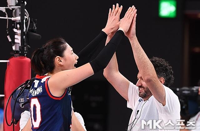 김연경(왼쪽)과 스테파노 라바리니 여자 배구대표팀 감독이 4일 2020 도쿄올림픽 8강전에서 터키를 꺾은 뒤 기뻐하고 있다. 사진(일본 도쿄)=천정환 기자
