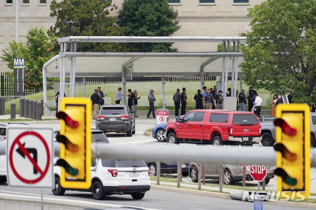 [워싱턴=AP/뉴시스]경찰 차량들이 3일(현지시간) 워싱턴의 미 국방부 인근 지하철역 인근들에 목격되고 있다. 3일 오전 미 국방부 앞 지하철역 인근 버스 승강장에서 여러 발의 총격이 발생함에 따라 국방부가 폐쇄됐다. 2021.8.4