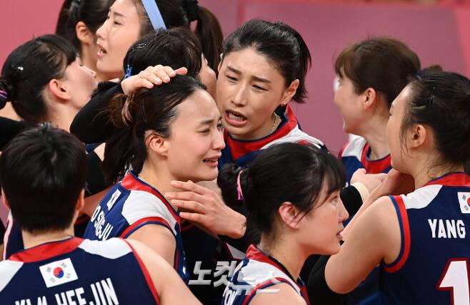 한국 배구대표팀 김연경이 4일 일본 아리아케 아레나에서 열린 도쿄올림픽 여자 배구 8강 한국과 터키의 경기에서 승리한뒤 동료들과 함께 기뻐하고 있다. 올림픽사진공동취재단