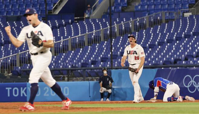 미국 대표팀이 지난 7월31일 조별리그 한국전에서 9회초 2사 2루 허경민의 잘 친 타구을 호수비로 막아 승리한 뒤 환호하고 있다. 연합뉴스