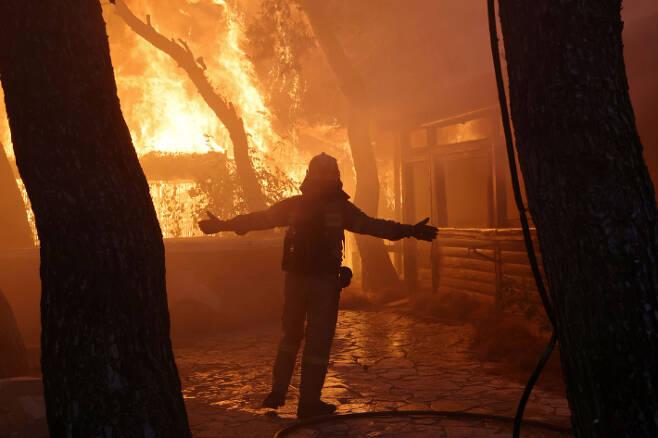 터키 남부에서 시작된 산불은 건조한 날씨와 바람의 영향으로 전국적으로 퍼져 막대한 피해를 입히고 있는 것으로 알려졌다. 로이터 통신 캡처