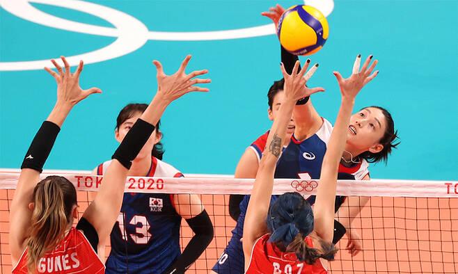 지난 4일 일본 아리아케 아레나에서 열린 도쿄올림픽 여자 배구 8강 한국과 터키의 경기. 한국 김연경이 공격을 하고 있다. 연합뉴스