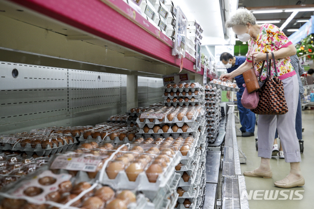 [서울=뉴시스] 정병혁 기자 = 소비자물가 상승률이 4개월째 2%대로 치솟아 폭등한 계란값이 고공행진을 이어가고 있는 가운데 6일 오후 서울시내 한 대형마트를 찾은 소비자들이 계란을 고르고 있다. 2021.08.06. jhope@newsis.com