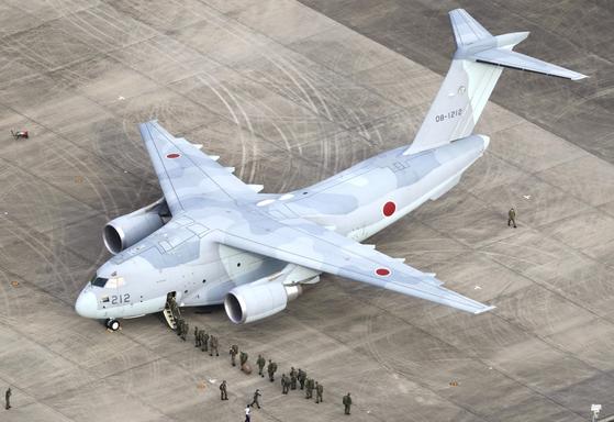 일본 사이타마(埼玉)현 이루마(入間) 공군기지에서 이륙 준비를 하는 C-2 수송기 모습. 연합뉴스