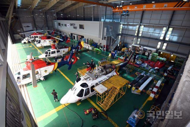 지난달 12일 20년 무사고를 자랑하는 인천 영종도 해경 항공정비대 격납고로 운용 시간을 다 채운 헬기가 점검을 위해 들어오고 있다.