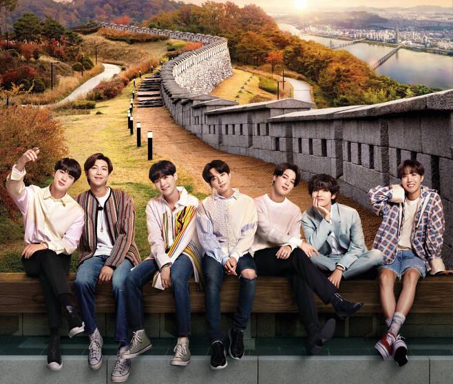 방탄소년단의 과거 서울홍보 포스터. 소년티가 여전히 남아있는 모습이다. 서울관광 홍보를 위해 일한 기간이 5년째이다.