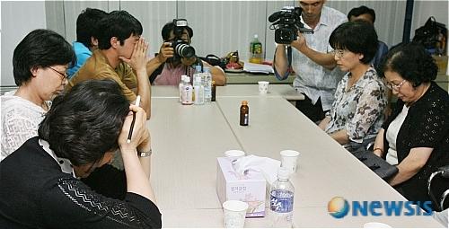 【서울=뉴시스】 23일 서초동 한민족복지재단에 모여있는 피납자 가족들이 협상시간(밤 11시 30분)이 임박해 지자 초조한 표정을 감추지 못하고 있다. /조수정기자 chocrystal@newsis.com