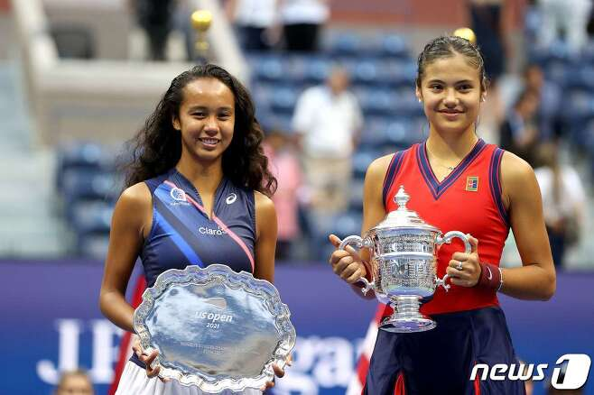 영국의 19세 엠마 라두카누(오른쪽)가 11일(현지시간) 뉴욕의 빌리진 킹 내셔널 테니스 센터에서 열린 US오픈 테니스 대회 여자 단식 결승서 레일라 페르난데스와 '10대 대결' 승리로 생애 첫 메이저 대회 우승을 한 뒤 함께 트로피를 들고 있다. © AFP=뉴스1