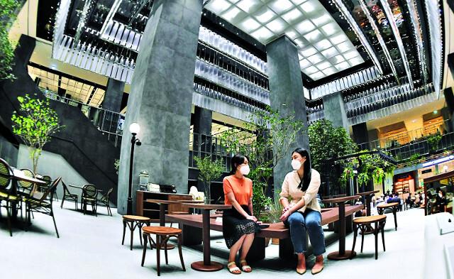 축구장 두 개보다 큰 면적을 자랑하는 지하 1층 1만8900㎡ 규모의 식품관 '푸드에비뉴' 전경. 30, 40대 젊은 고객을 위해 전체 영업면적의 28%를 식품관으로 채웠다.