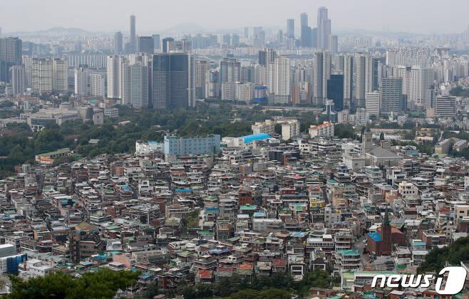 서울 중구 남산에서 바라본 도심. © News1 안은나 기자