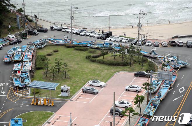 14호 태풍 '찬투'가 북상 중인 15일 부산 해운대구 송정어촌계 어선이 도로 위에 옮겨져 있다. 2021.9.15/뉴스1 © News1 여주연 기자