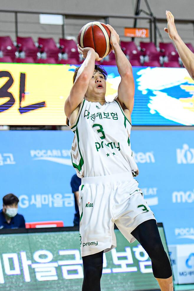 원주 DB 허웅이 15일 한국가스공사와의 경기에서 슛을 시도하고 있다.(KBL 제공)© 뉴스1