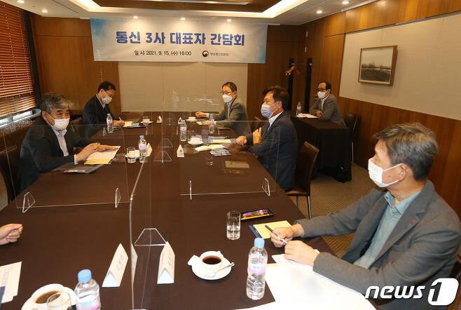 한상혁  방통위원장(맨 왼쪽)과 통신3사 대표들© 뉴스1