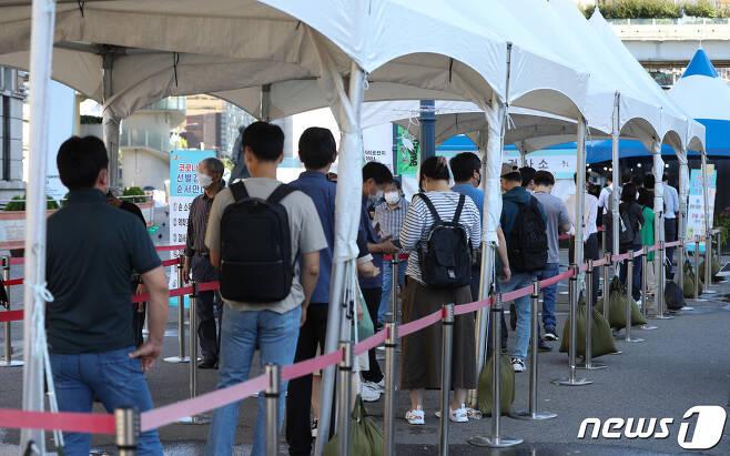 15일 오전 서울역 선별진료소에서 시민들이 신종 코로나바이러스 감염증(코로나19) 검체 검사를 받기 위해 줄을 서 있다. /뉴스1 © News1 신웅수 기자