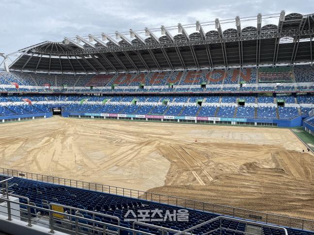 14일 대전월드컵경기장 전경. 토양을 갈아엎는 작업이 마무리되고 있다.대전   정다워기자