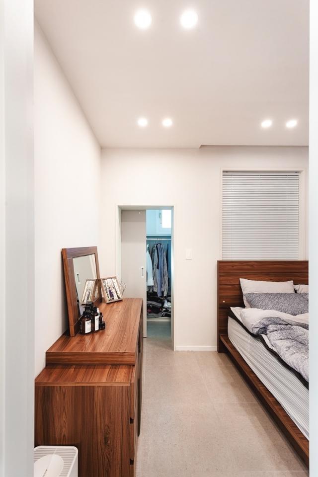 이 집의 유일한 방인 침실. 슬라이딩 도어로 드레스룸과 분리했다. 일상공간 제공